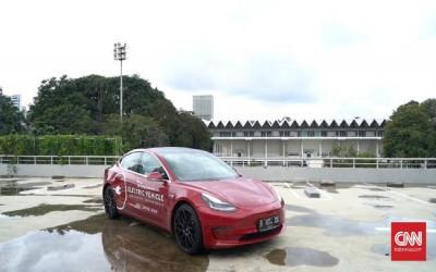 Mobil Listrik Tesla Berubah Jadi 'Perahu' Saat Lintasi Banjir